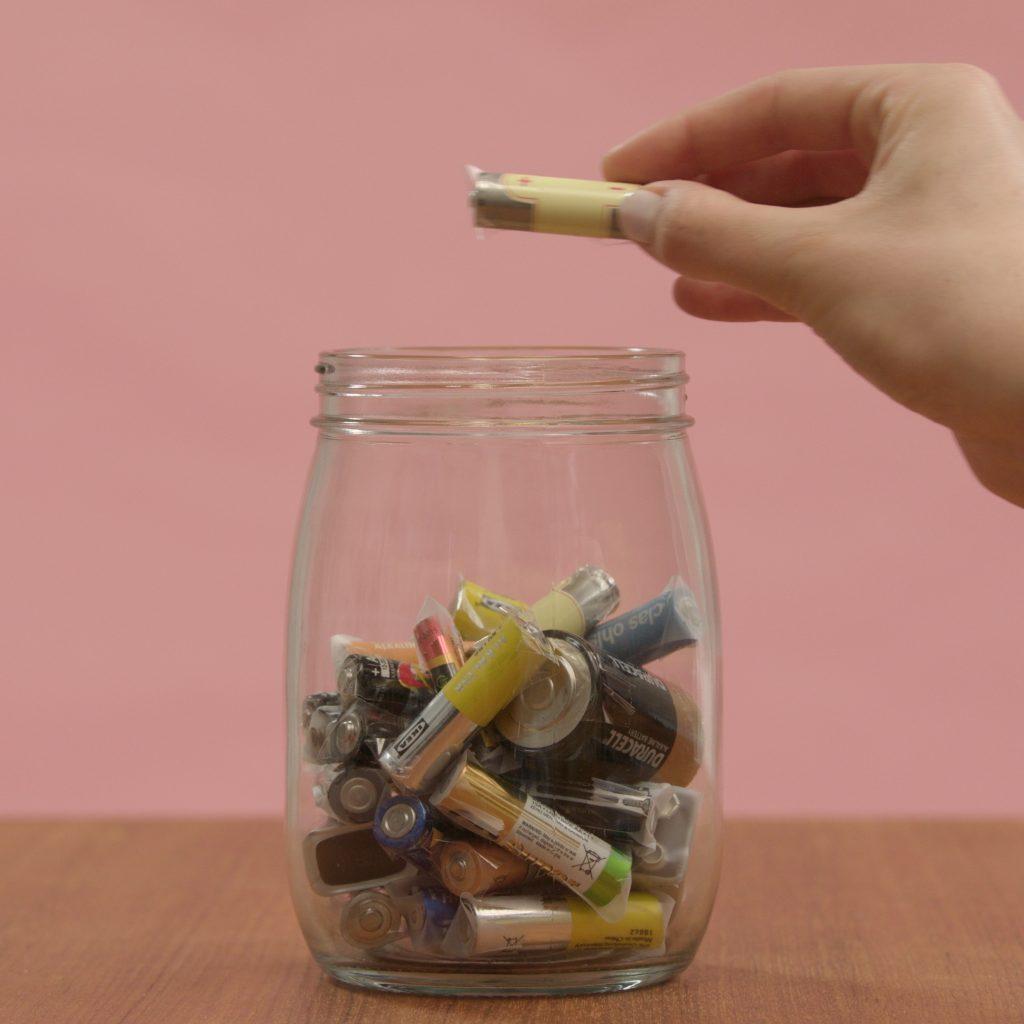 Viser batterier som blir samlet opp i en krukke