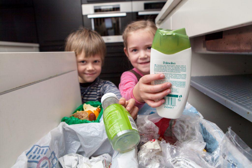 Viser to barn som sorterer plastemballasje