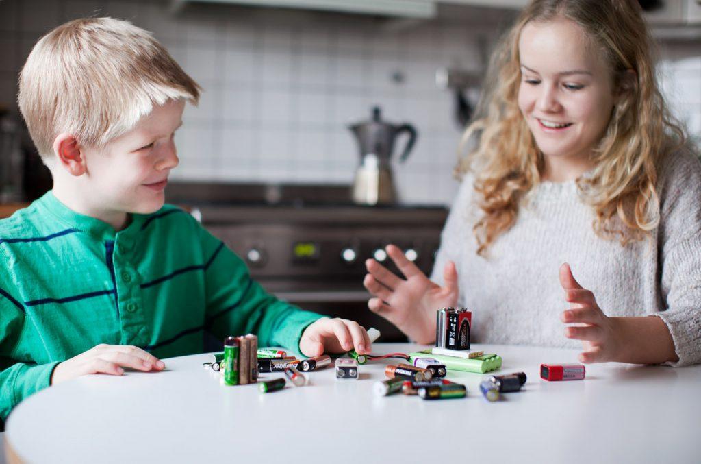 Bilde av to barn som sorterer batteri